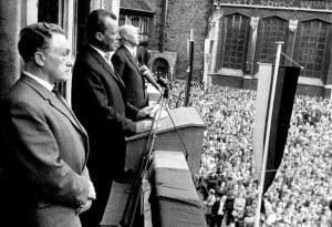 Otto Bennemann 1961 mit Willy Brandt und Walter Schmidt (vorne) bei einer Wahlkampfveranstaltung auf dem Burgplatz. Foto: Stadtarchiv G IX 76_734_1961_0001