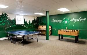 """Wie in einem deutschen Partykeller: Die """"Vereinigung Erzgebirge"""" bietet in der Nähe von Philadelphia eine Anlage mit Clubhaus, Fußballplatz und Wochenendhäusern im Grünen. Foto Birte Hennigs"""