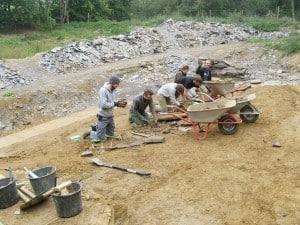 Grabungshelfer bei der Arbeit im Geopunkt Schandelah. Foto: SNHM