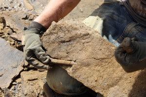 Herauslösen von Fossilienfundstücken aus einer Schieferplatte. Foto: SNHM