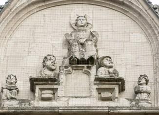 """Giebel von St. Andreas: Jesus Christus auf einem Thron. Links und rechts daneben befinden sich insgesamt vier """"Krüppel"""". Foto: Peter Sierigk"""