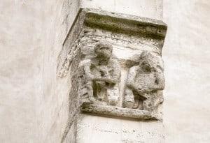 Stark verwitterte Figuren an der St. Andreaskirche. Foto: Peter Sierigk