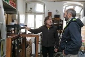 Gespräch: Thomas Bartels mit einem Besucher. Foto: Peter Sierigk