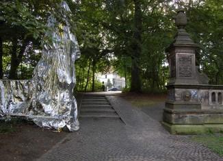 """Das Tor zur ehemaligen """"Villa Schneider"""" war in den letzten Monaten Teil eines Kunstprojektes und deshalb in Silberfolie verhüllt. Foto: Thomas Ostwald"""