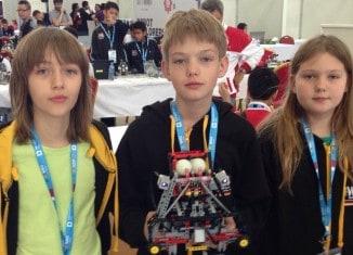 Florian Hartung, Werner Münch und Schwester Lara bei der World Robot Olympiad in Katar. Foto: privat