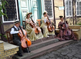 Das Celloquartett in den ZeitRäumen Bodenstedt am 13. September 2015. Foto: KinderKlassik.com