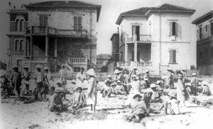 Kriegswaisen erleben am Strand einige unbeschwerte Stunden. Foto: Larry David, Bibliotheca Classense Ravenna Institution