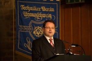 Der 1. Vorsitzende des Technikervereins Braunschweig, Sven Hansmeier, vor der Traditionsfahne des Vereins. Foto: Technikerverein