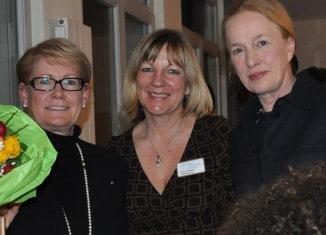 Erika Borek (stehend rechts), Vorsitzende der Hospiz Stiftung für Braunschweig, mit (von links) Referentin Renate Kastrowsky-Kraft und Hospiz-Leiterin Petra Gottsand. Foto: Anke Meyer