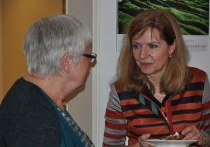 Sozialdezernentin Andrea Hanke (rechts) im Gespräch. Foto: Anke Meyer