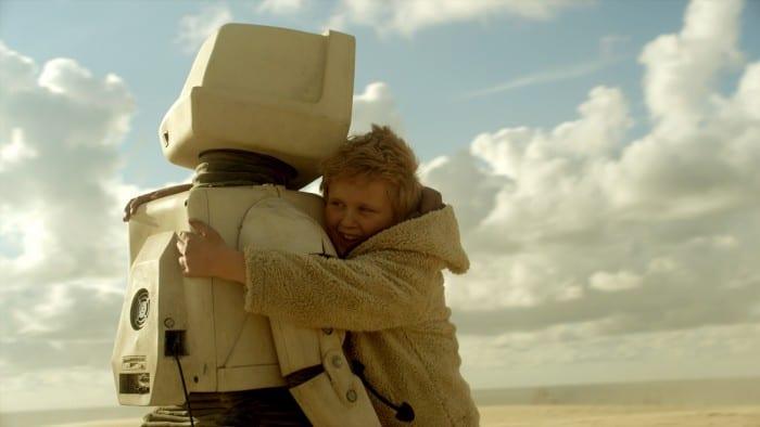 Der niederländische Film T.I.M handelt von einer innigen, freundschaftlichen Beziehung eines Roboters zu einem Jungen (ab 8 Jahre). Foto: Filmverleih