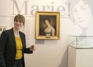"""Museumsleiterin Anne-Kristin Rullmann in der aktuellen Sonderausstellung """"Marie! Die Frau des Schwarzen Herzogs."""" Foto: Peter Sierigk"""