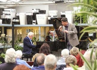 Otto Wolters (am Flügel) und Matthias Köninger während ihres Auftritts in der Gärtnerei Volk. Foto: Die Braunschweigische Stiftung