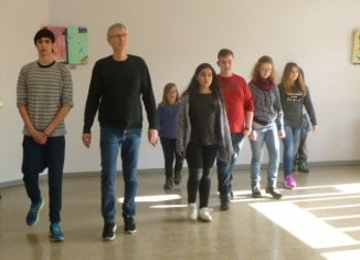 Wolfgang Kraus, Konrektor Peter-Räuber-Schule, mit der inklusiven Theatergruppe. Foto: Susanne Jasper