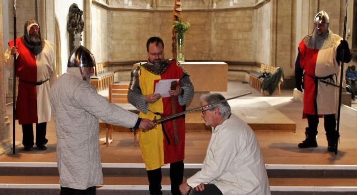 Szene aus der Probe: Knappe Roland erhält den Ritterschlag von Heinrich dem Löwen. Foto: meyermedia