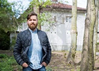 Kevin Schmidt vor dem Gartenhauses Haeckel. Foto: Stadt Braunschweig/Foto: Daniela Nielsen