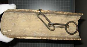"""Eindrucksvolles Kettenbuch aus der Franziskanerbibliothek Gandersheim mit erhaltener Kette. Dabei handelt es sich um einen Auszug der """"De civitate Die"""" des Augustinus. Foto: HAB"""