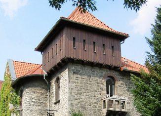 Die Kopie des Burgtums der Burg Danwarderode am Haus Hochstraße 21. Foto: Thomas Ostwald