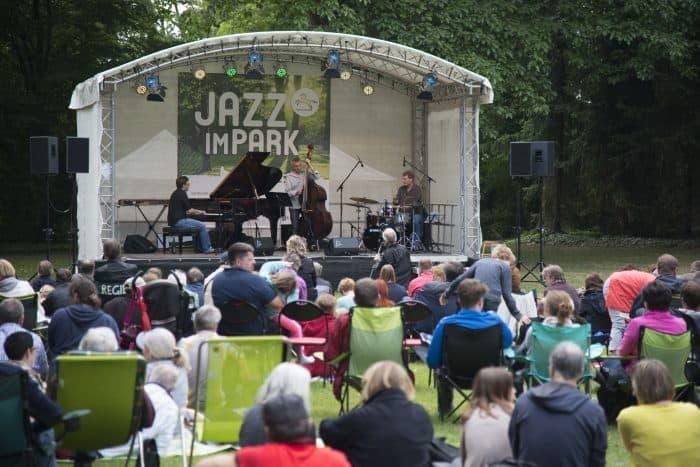 """Eine Bühne, eine gute Band, eine schöne Rasenfläche und interessiertes Publikum – mehr braucht es nicht für """"Jazz im Park"""" (Szene aus 2015). Foto: Braunschweigische Landschaft/Sebastian Schollmeyer"""