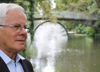 """Gerhard Glogowski an der Drachenbrücke mit der Lichtinstallation """"Flashback"""". Foto: meyermedia"""