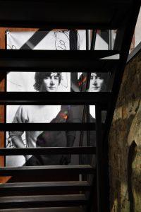 Blick durch die Treppe der Jakob-Kemenate auf ein Foto von John Lennon. Foto: Prüsse Stiftung/Andreas Greiner-Napp