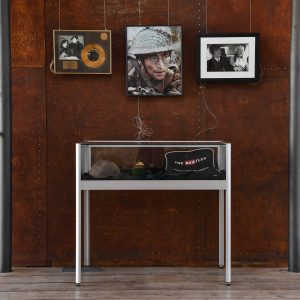 In Vitrinen werden persönliche Gegenstände John Lennons gezeigt. Foto: Prüsse Stiftung/Andreas Greiner-Napp