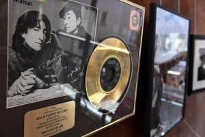 """Die Goldene Schallplatte die John Lennon für seinen letzten Song """"Woman"""" ehielt. Foto: Prüsse Stiftung/Andreas Greiner-Napp"""
