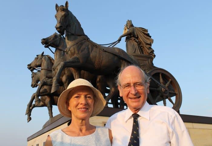 Das Ehepaar Erika und Richard Borek vor der Quadriga des Braunschweiger Schlosses. Foto: meyermedia