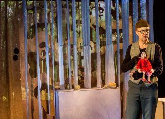 Figurenspieler Nöck Gebhardt-Seele mit Lisa. Foto: Figurentheater Fadenschein