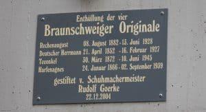 Gedenktafel an die Braunschweiger Originale unterhalb des Plakats. Foto: meyermedia