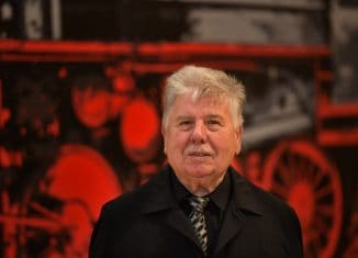 """Gerd Winner vor seiner """"Lokomotive"""" im Städtischen Museum Braunschweig. Foto: Andreas Greiner-Napp"""