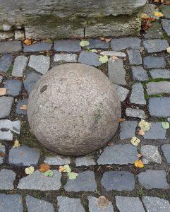 """Die große Steinkugel sollen noch von der """"Faulen Mette"""" stammen. Foto: Thomas Ostwald"""