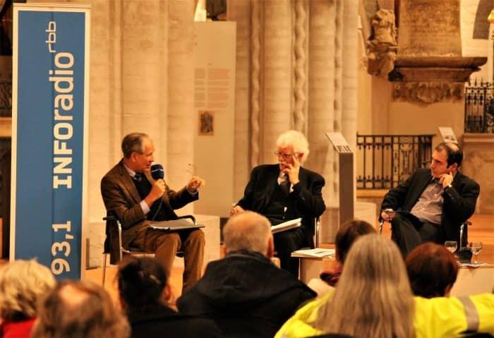 SBK-Präsident Gert Hoffmann (links) diskutiert mit Berlins früherem Stadtbaurat Hans Stimmann und Moderator Harald Asel (rechts). Foto: meyermedia