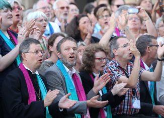 Landesbischof Christoph Meyns war begeistert beim Gospelkirchentag dabei. Foto: Landeskirche