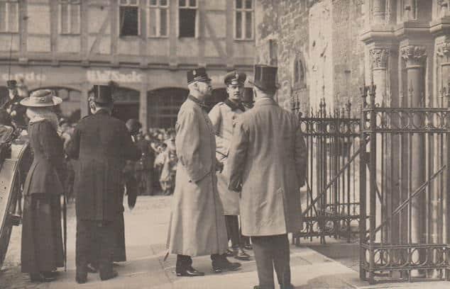 Der Herzog von Cumberland, Vater von Ernst-August, zusammen mit seinem Sohn vor den Stufen, die hinab in die St. Martini-Kirche führen (1913/1914). Foto: Archiv Ostwald