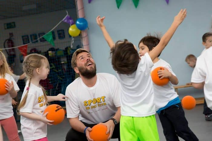 Eintracht-Trainer Jesper Jesper Schwarz und die Kinder der Kita St. Bernward hatten bei der ersten Bewegungseinheit viel Spaß. Foto: Eintracht Braunschweig Stiftung