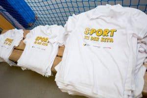 """Jedes Kind erhielt ein T-Shirt mit der Aufschrift """"Sport in der Kita"""". Foto: Eintracht Braunschweig Stiftung"""