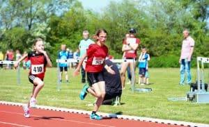 Auch die Mädchen gaben bis über die Ziellinie der Laufbahn für ihr Team alles. Foto: Andreas Greiner-Napp