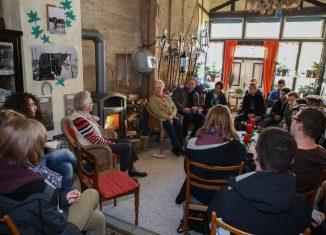 Die Schülerinnen und Schüler der 10e des Gymnasiums Große Schule befragten Zeitzeuginnen aus Schandelah über ihre Erinnerungen an das KZ und die NS-Zeit. Foto: Yvonne Salzmann