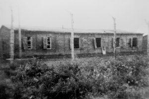 Ein gespenstischer Anblick: Die evakuierten Baracken des KZ-Außenlager in Schandelah nach Kriegsende. Foto: Gemeinde Schandelah