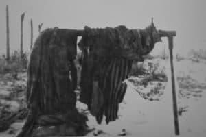 Die gestreifte KZ-Häftlingskleidung hing nach Kriegsende noch über einer Eisenstange. Foto: Gemeinde Schandelah