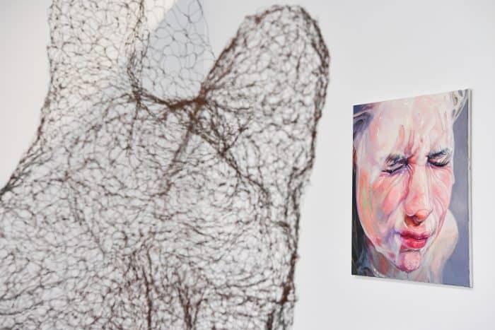 """Im Vordergrund: """"Symbionat"""" von Anna-Maria-Meyer, im Hintergrund """"Ain`t that love"""" von Ingo Lehnhof. Foto: Andreas Greiner-Napp"""