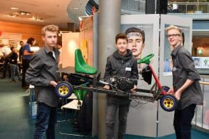 Till Schulte, Nick Antes und Sebastian Schmidt vom MK aus Braunschweig präsentieren ihr BioKart. Foto: Andreas Greiner-Napp