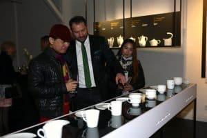 Florian Marquardt, Director International Sales Fürstenberg, zeigt Roger Su und dessen Frau unterschiedliche Porzellanserien.