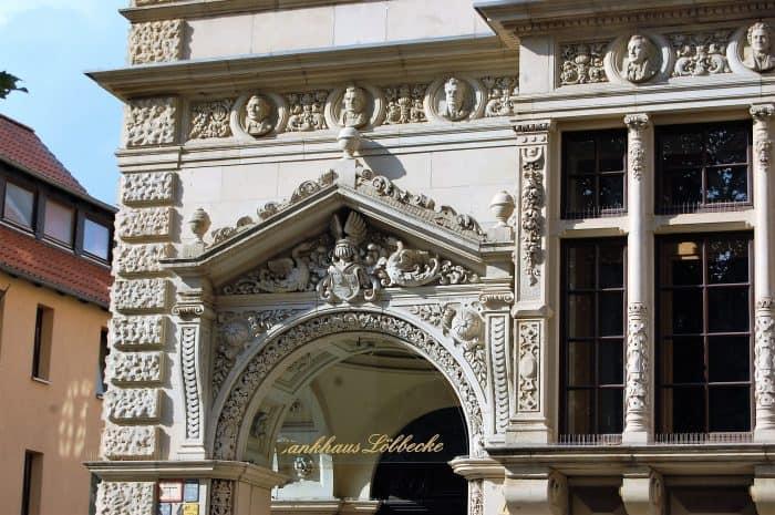 Noch immer imposant: Eingang zum Bankhaus Löbbecke. Foto: Ostwald