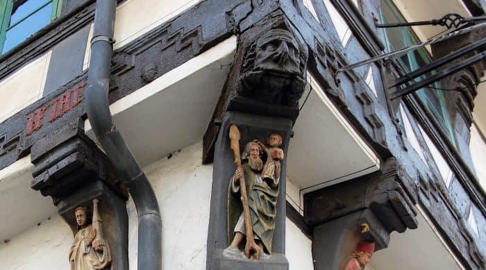 Die Fratze oberhalb des Heiligen Christophous sollte das Haus und seine Bewohner vor allem Bösen bewahren. Foto: Thomas Ostwald
