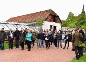 Die Gruppe der Auszubildenden besuchte während des Workshops auch die Klostergärtnerei. Foto: Andreas Greiner-Napp