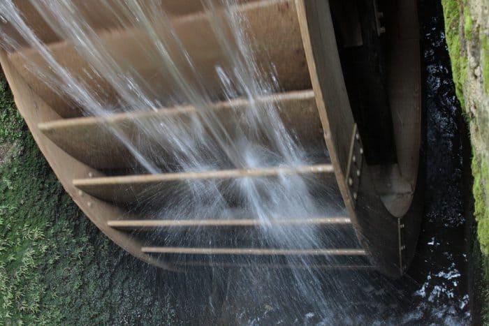 Über einen Mühlgraben treibt die Schunter das große Stahlrad der Liesebach-Mühle an. Foto: Meike Buck
