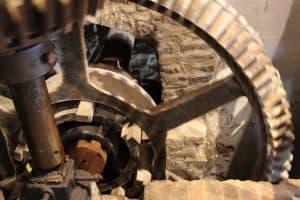 Das Mühlrad treibt ein Getrieberad an, über andere Räder und Riemen werden die Mahlgänge und Maschinen betrieben. Foto: Meike Buck