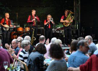 """Zu Oldtime-Jazz mit der Braunschweiger Band """"Dixi Fire"""" hatte die Stadt in den Garten der Braunschweigischen Stiftungen eingeladen. Foto: Andreas Greiner-Napp"""